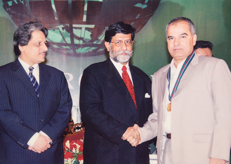 <b>2007</b> Receiving Gold Medal from Care Taker President Mian Mohammad Soomro