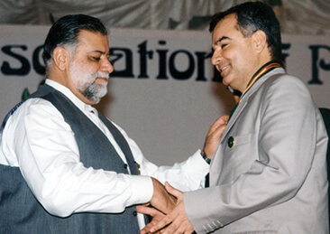 <b>2002</b> Receiving Gold Medal from Prime Minister, Mir Zafar Ullah Jamali